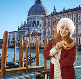 Donna elegante felice a Venezia, Italia con la maschera veneziana Fotografia Stock