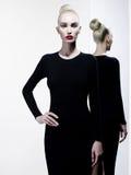 Donna elegante nel fondo in bianco e nero geometrico immagine stock