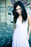 Donna elegante nel posto sporco Fotografie Stock Libere da Diritti