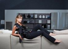 Donna elegante nell'interiore domestico fotografia stock libera da diritti