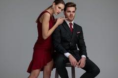 Donna elegante sexy che prende in giro il suo amante con il tocco delicato immagini stock libere da diritti
