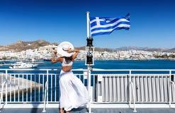 Donna elegante su un traghetto nelle Cicladi della Grecia Fotografia Stock Libera da Diritti