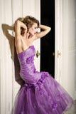 Donna elegante in un vestito lilla Fotografie Stock