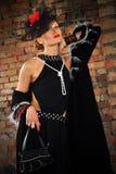 Donna elegante in vestito e cappello neri con il velo Fotografie Stock