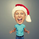 Donna emozionale in cappello rosso sopra grey Fotografie Stock Libere da Diritti
