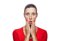 Donna emozionale con la maglietta e le lentiggini rosse Fotografia Stock