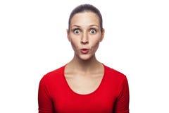 Donna emozionale con la maglietta e le lentiggini rosse Immagini Stock