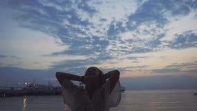 Donna emozionante allegra dal mare che fila intorno alla spiaggia tropicale Movimento lento 1920x1080 video d archivio