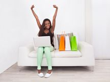 Donna emozionante che compera online a casa Fotografia Stock Libera da Diritti