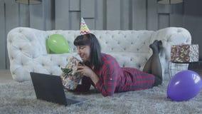 Donna emozionante che fa video chiamata sul computer portatile a casa