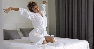Donna emozionante che posa sul letto Fotografia Stock Libera da Diritti