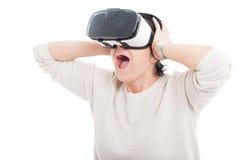 Donna emozionante che usando gli occhiali di protezione 3d Fotografia Stock Libera da Diritti
