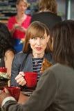 Donna emozionante con il biscotto Immagini Stock