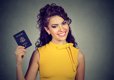 Donna emozionante con il passaporto di U.S.A. Immagini Stock