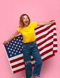 Donna emozionante con la bandiera di U.S.A. Fotografie Stock Libere da Diritti