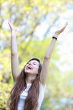 Donna emozionante con le braccia alzate Fotografia Stock