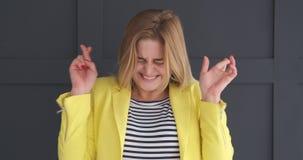 Donna emozionante con le dita attraversate video d archivio