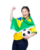 Donna emozionante dell'Asia coperta con la bandiera del Brasile Immagini Stock Libere da Diritti