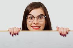 Donna emozionante dietro il bordo di legno fotografia stock libera da diritti