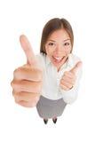 Donna emozionante felice che dà i pollici su Fotografia Stock Libera da Diritti