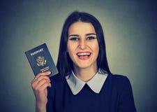 Donna emozionante giovane attraente con il passaporto di U.S.A. Fotografie Stock Libere da Diritti