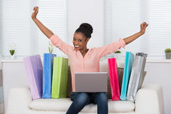 Donna emozionante mentre comperando online Fotografia Stock Libera da Diritti