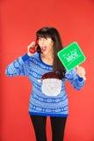 Donna emozionante sul telefono con il segno piacevole Fotografia Stock Libera da Diritti