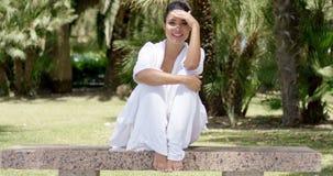 Donna entusiasta che si siede sul banco del granito archivi video