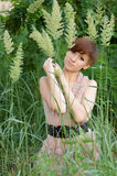 Donna in erba verde Fotografia Stock