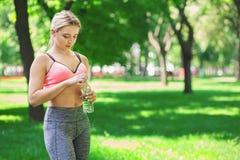 Donna esaurita dopo addestramento di yoga Fotografia Stock Libera da Diritti