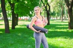 Donna esaurita dopo addestramento di yoga Fotografia Stock