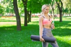 Donna esaurita dopo addestramento di yoga Fotografie Stock Libere da Diritti