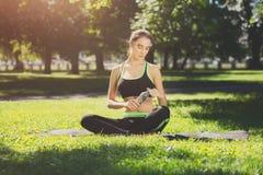 Donna esaurita dopo addestramento di yoga Immagini Stock Libere da Diritti