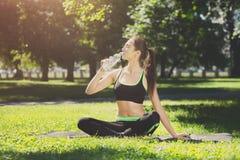 Donna esaurita dopo addestramento di yoga Fotografie Stock