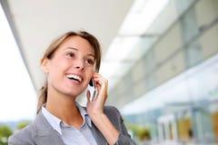 Donna esecutiva sul telefono Immagini Stock