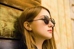 Donna esile abbastanza giovane nello stile del nero della roccia Fotografia Stock