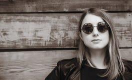 Donna esile abbastanza giovane nello stile del nero della roccia Pho in bianco e nero Fotografia Stock Libera da Diritti