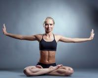 Donna esile bella che fa yoga in studio immagine stock