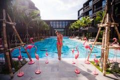 Donna esile che allunga yoga nella vista del mare di mattina della piscina Fotografia Stock Libera da Diritti