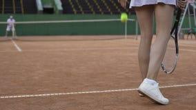 Donna esile che gioca a tennis con il giocatore maschio professionale, stile di vita attivo, sport stock footage
