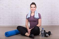Donna esile che si siede sul pavimento dopo l'esercitazione a casa Fotografia Stock Libera da Diritti