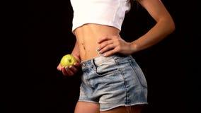 Donna esile con la mela in sua mano, filante, sopra archivi video
