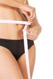 Donna esile di misura con nastro adesivo di misura immagini stock libere da diritti