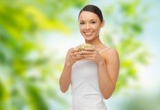 Donna esile felice con i germi di soia di mung Fotografie Stock