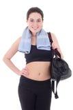 Donna esile felice con la borsa sportiva isolata su bianco immagine stock