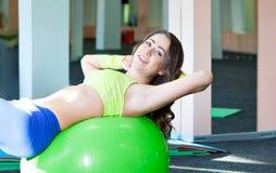 Donna esile sulla palla di forma fisica Fotografia Stock Libera da Diritti