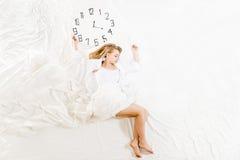 Donna espressiva che dorme, sognando concetto Immagini Stock Libere da Diritti