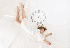 Donna espressiva che dorme, sognando concetto Immagine Stock Libera da Diritti
