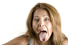 Donna etnica che attacca fuori la sua linguetta immagini stock