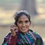 Donna etnica di Taru che parla con il telefono di mobil nel Nepal fotografia stock libera da diritti